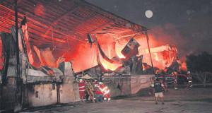 PIURA – Incendio reduce a cenizas maquinaria de una empresa de Pota en Sullana