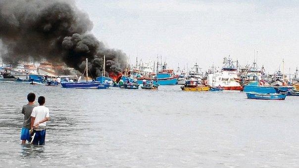 PAITA – Tres embarcaciones se incendian en el Mar